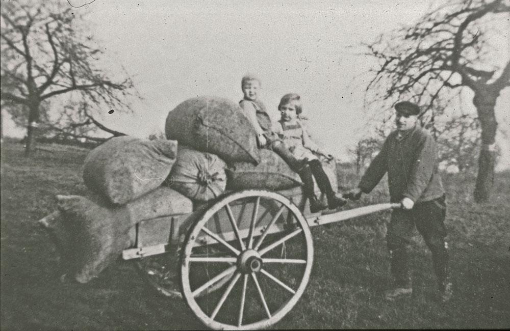 Betriebsgründer Gustav mit seinen Kindern