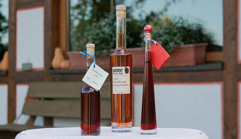 Liköre in verschiedenen Sorten, hier: Weinbergspfirsich, Sauerkirsch und Himbeere